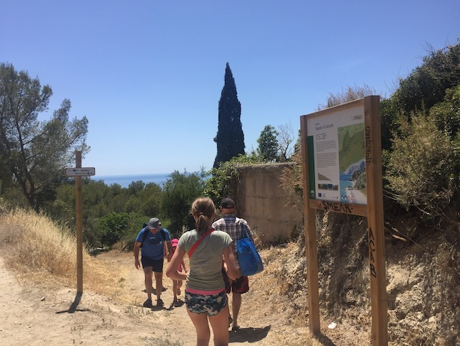 Voetpad omlaag naar het Cañuelo strand in Andalusië