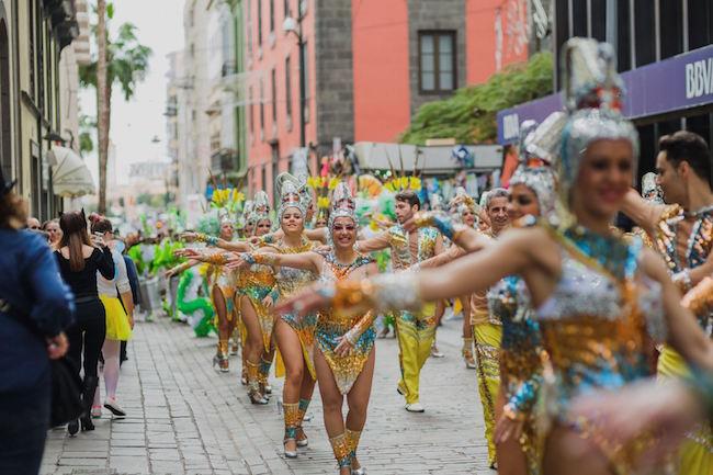 Een carnavalsoptocht op Tenerife.