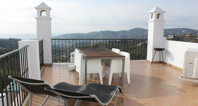 Het ruime terras van Casa Poulsen - ons vakantiehuis in Frigiliana (Zuid Spanje)