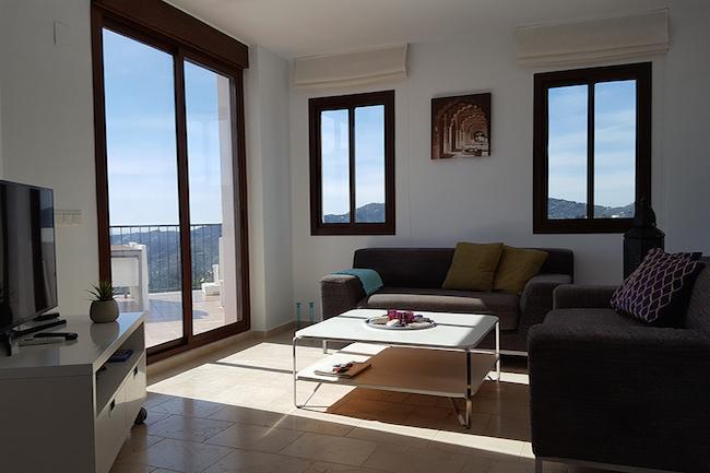 Woonkamer van ons appartement in Frigiliana, met uitzicht op bergen en zee