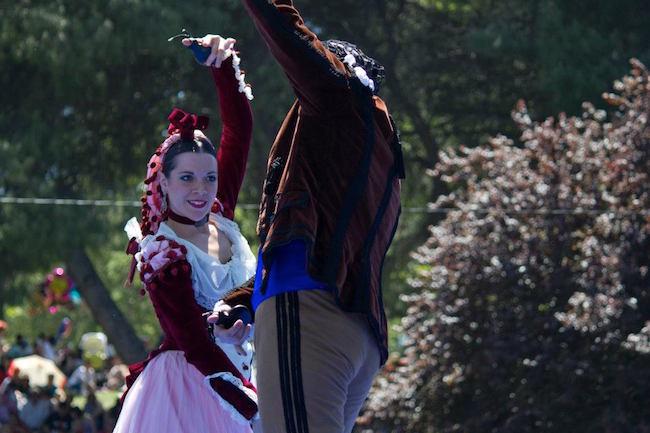 Folklore dansen in goyesco en goyesca klederdracht tijdens San Isidro in Madrid