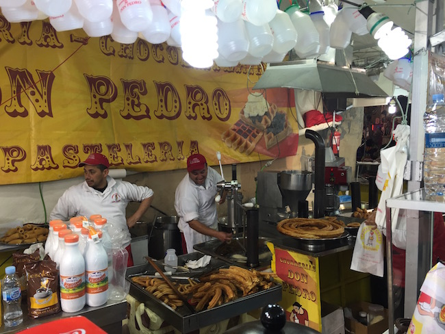 Churros tent tijdens Fallas Feest in Valencia