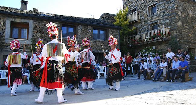 Mannen in traditionele klederdracht dansen tijdens het Corpus Christi feest van Valverde de los Arroyos in Midden Spanje