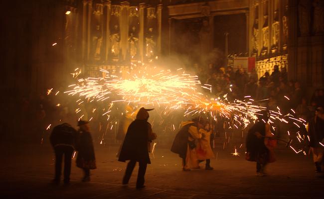 Correfocs voor kinderen tijdens de Feesten van Santa Eulalia in Barcelona