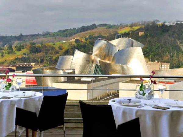 Spectaculair uitzicht op Güggenheim museum vanaf het dakterras