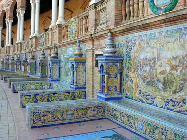 Betegelde zuilengalerij op de Plaza de España in Sevilla (Zuid Spanje)