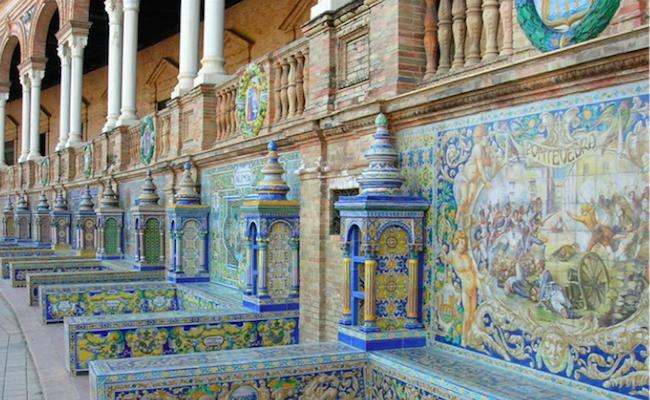 Een detail van de bogen en banken met wapenschilden en dergelijke op de Plaza de España in Sevilla