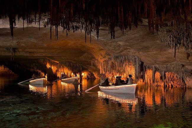 Varen door druipsteengrotten Cuevas del Drach op Mallorca