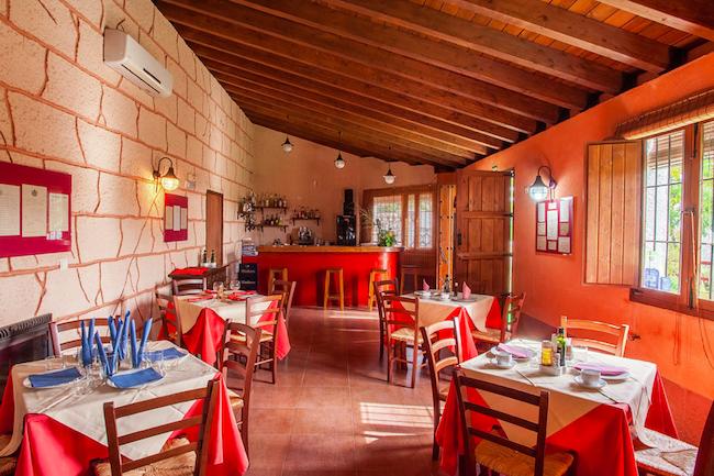 Bar-restaurant en gemeenschappelijke ruimte van de vakantiehuizen op landgoed Molino Los Justos (provincie Granada)