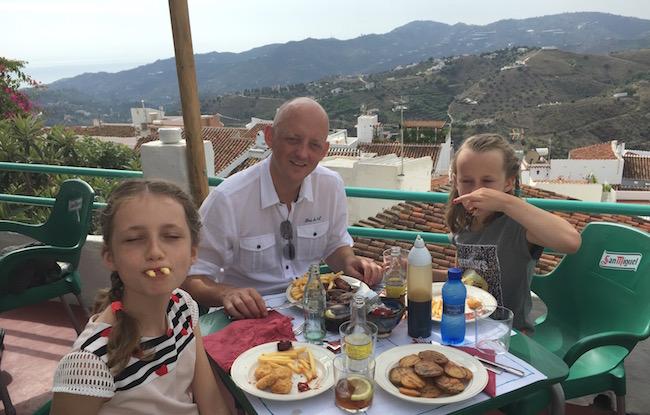 Genieten van lekker eten en goed uitzicht in La Tahona in Frigiliana (Malaga, Andalusië, Zuid Spanje)
