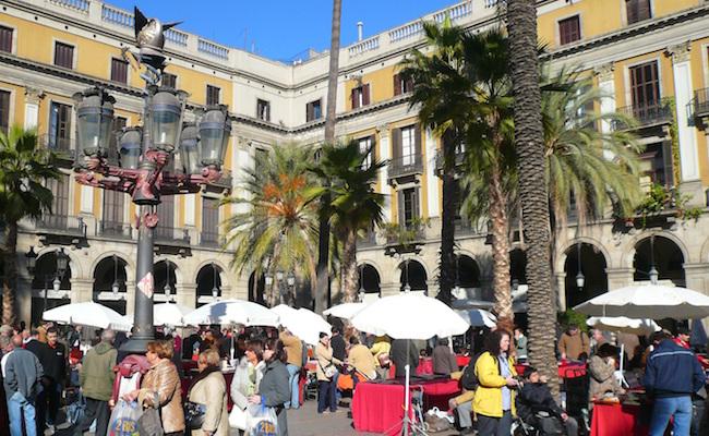 De Lantaarnpalen van Gaudí op de Placa Reial in Barcelona