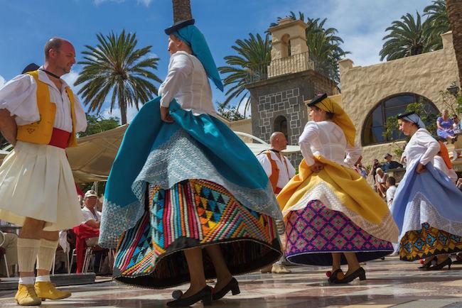 Kleurrijke klederdracht tijdens een feest in Las Palmas de Gran Canaria, de hoofdstad van het Canarische eiland Gran Canaria (foto: Alex Bramwell)