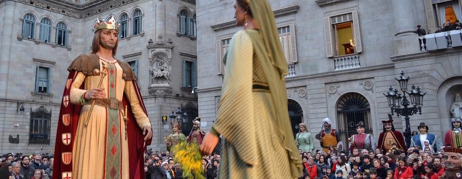 Een dans op de Plaça de Sant Jaume ter ere van Santa Eulalia tijdens de Feesten van Santa Eulalia in Barcelona