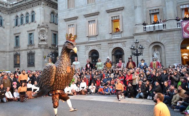 De dans met de Adelaar op de Plaça de Sant Jaume in Barcelona