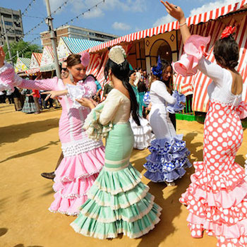 Sevillanas dansen tijdens de Feria de Abril van Sevilla