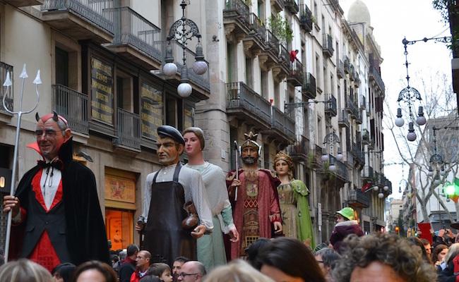 Een optocht met reuzen in de straten van Barcelona tijdens de Feesten van Santa Eulalia
