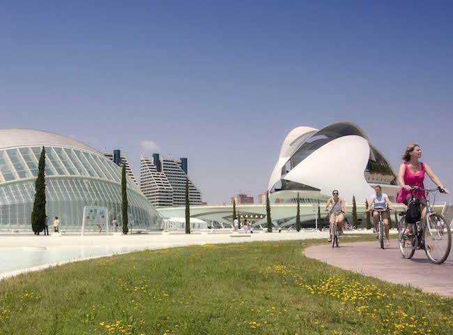 Fietsen in de turia tuinen in Valencia stad
