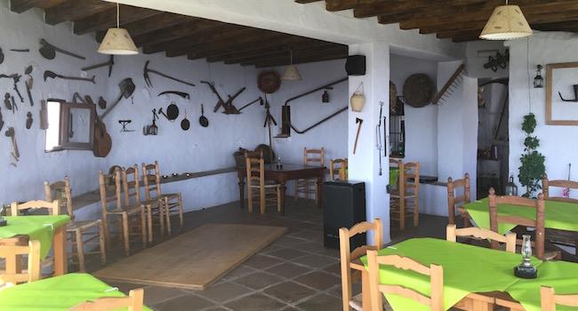 Het gezellige restaurant met Flamenco podium in restaurant La Venta de Frigiliana in de bergen van provincie Malaga