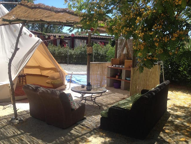 Belltent met eigen terras en open keuken op Glamping Finca Fahala