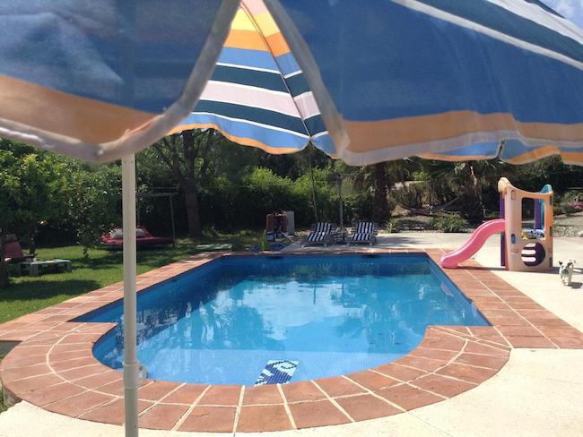 Zwembad van hond- en kindvriendelijke glamping La Fahala in de provincie Malaga (Andalusië, Zuid Spanje)