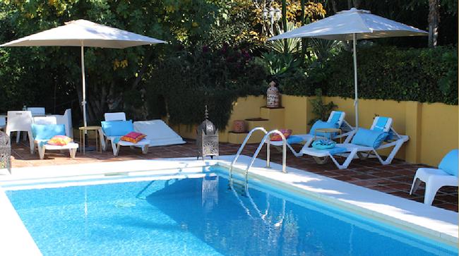 Het verkoelend zwembad van B&B en Glamping La Nogala in Zuid Spanje