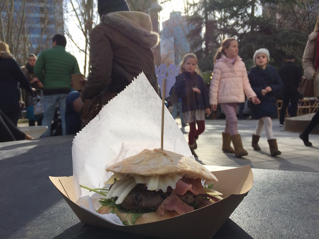 Een bacon cheese hamburger van Moose City Burger bij Madreat (Food Trucks Madrid)