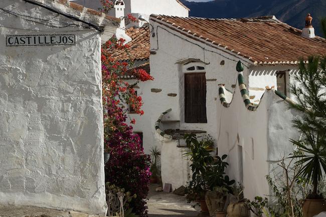 De hoofdstraat van het traditionele gehucht Castillejos in Andalusië