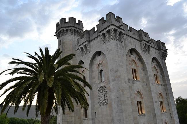 Hoofdtoren van kasteel Arteaga in biosfeerreservaat Urdaibai (Het Groene Spanje)
