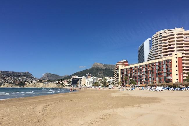 Steeds hogere appartementencomplexen aan het Arenal strand in Calpe
