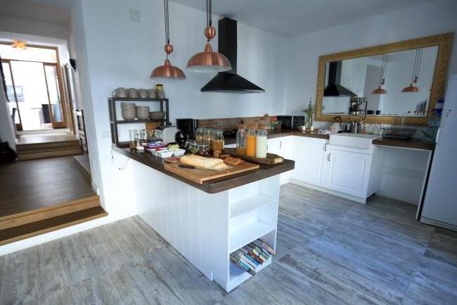 Gezamenlijke ruimte met open keuken van B&B Miller's of Frigiliana