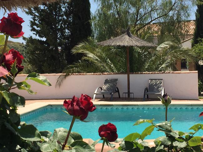 Ontspannen in het zwembad van Cortijo Valverde in Zuid Spanje
