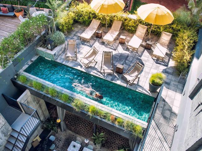 Het kleine zwembad van kleinschalig hotel Brummell in Barcelona