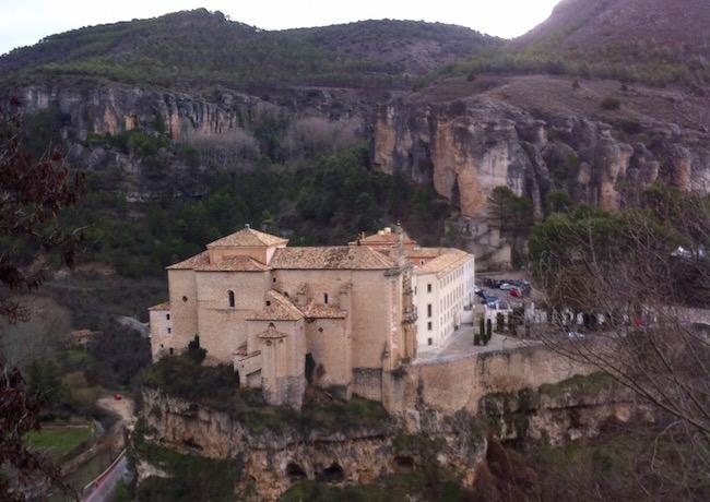 Hotel Parador de Cuenca, tegenover het ommuurde stadje en zijn Casas Colgadas