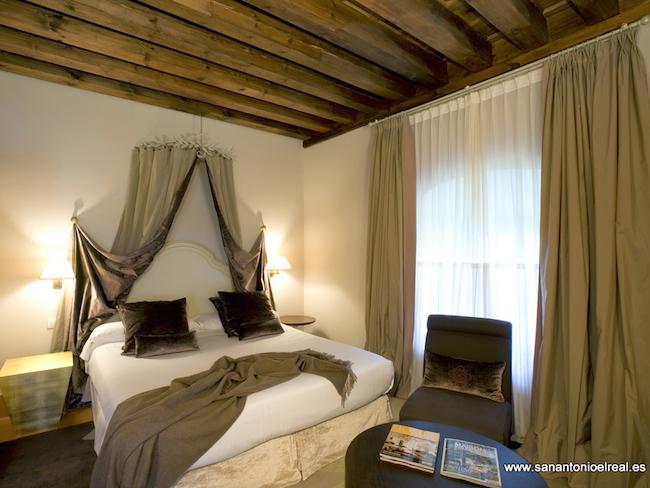 Hotelkamer in Kloosterhotel San Antonio Real (Segovia, Midden Spanje)