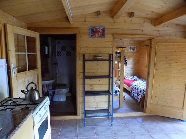 Het interieur van een bungalow op camping Manso Coguleras