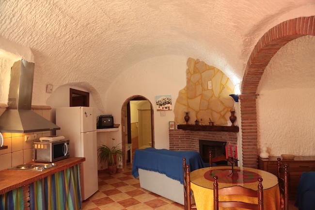 Het interieur van een van de grotwoningen van Cuevas la Chumbera in Benalúa