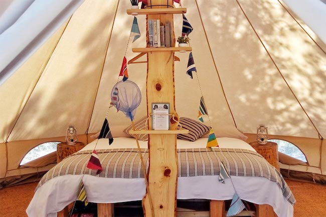 Interieur comfortabele Bell tent Forest Days Glamping (Catalonië)