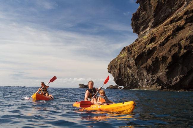 Kajakken langs de kust van vulkaaneiland Tenerife op de Canarische eilanden