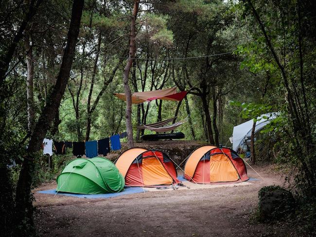 Een schaduwrijke kampeerplaats op camping Manso Coguleras