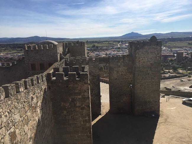 Deel van muren van fort van conquistadores stad Trujillo in Midden Spanje