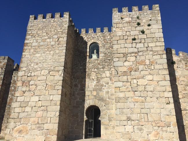 Toegangspoort tot kasteel van Trujillo in Extremadura