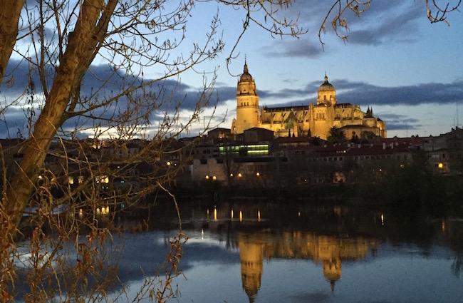 De kathedralen van Salamanca gezien vanaf de Tormes rivier