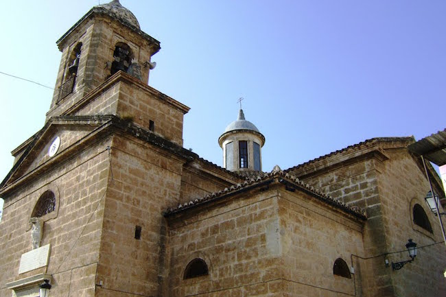 De neoklassieke Rosario kerk in Velez de Benaudalla (Granada, Andalusië, Spanje)