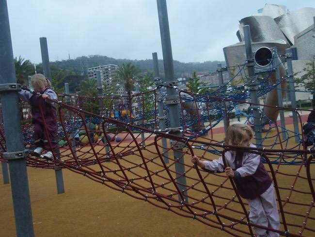 Kinderen spelen bij het Guggenheim museum in Bilbao (Baskenland)