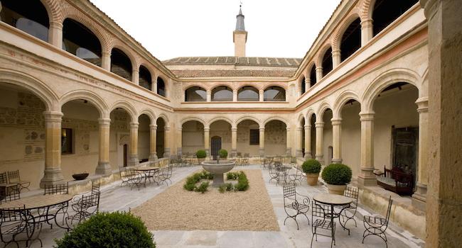 Kloostertuin van hotel San Antonio Real in Segovia (Midden Spanje)