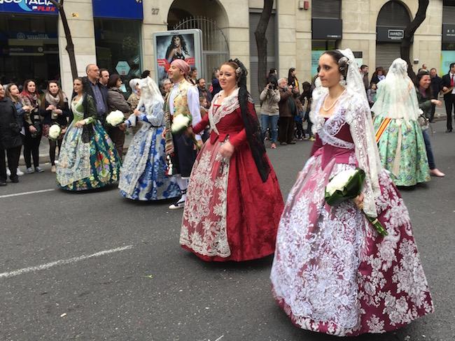 In traditionele klederdracht bloemen brengen naar de beschermheilige van Valencia