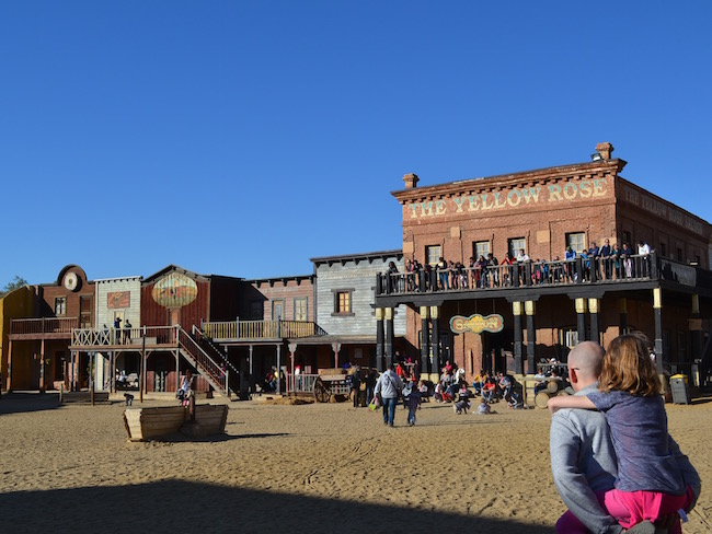 Op weg naar een Western show in thema park Oasys in de woestijn van Almería (Zuid Spanje)