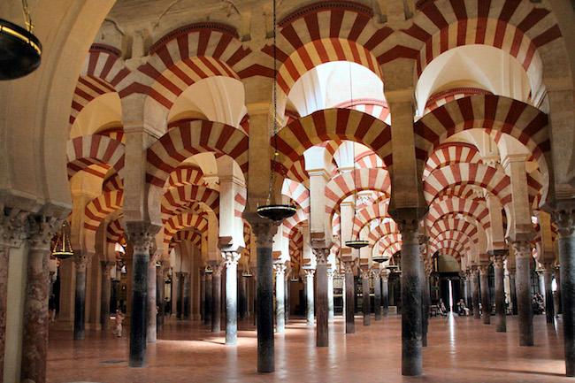 Het rood-witte zuilenbos van de moskee-kathedraal in Córdoba
