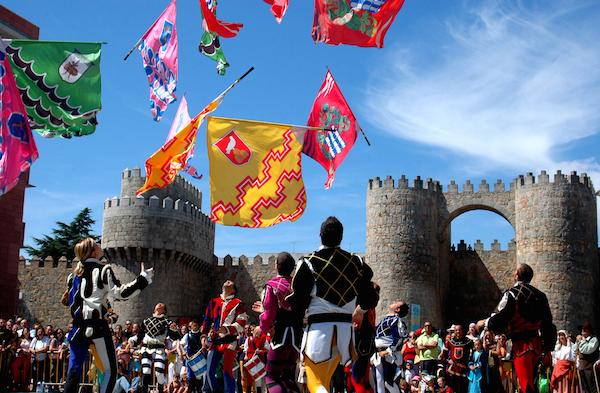 Middeleeuwse feesten in Avila (Midden Spanje), met op de achtergrond de Middeleeuwse stadsomwalling