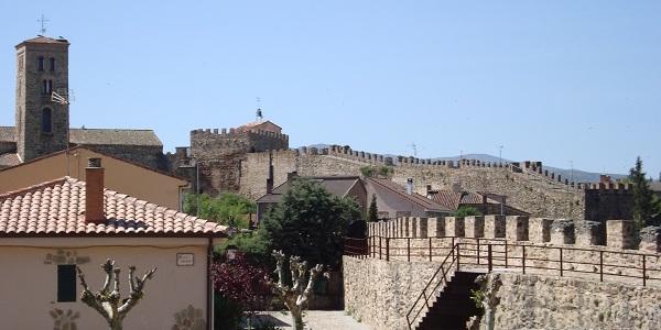 De ommuurde Middeleeuwse plaats Buitrago del Lozoya aan de rivier de Lozoya, in de regio Madrid
